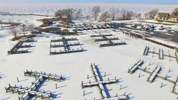gefrorener Hafen, Yachthafen im Winter, Wisconsin, Luftüberführung