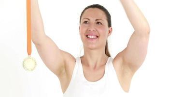 felice atleta femminile tenendo la medaglia