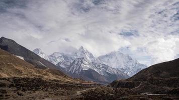 chaîne de montagnes himalayennes au nepal.mera mountain, island peak mountain et ama dablam mountain. video