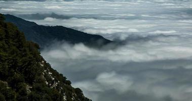 nuvens rolando sobre los angeles: 4k timelapse de mt. Wilson