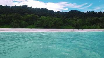 las islas similares vuelan hacia atrás mar adentro