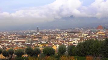 belas vistas de florença e da catedral de santa maria del fiore do jardim, florença, itália. video
