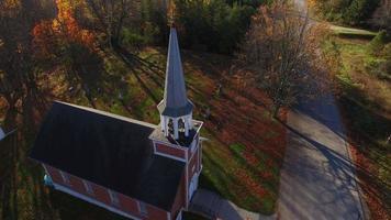 linda igrejinha rural e cemitério em meio às cores do outono video
