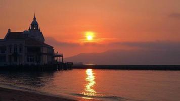 silueta puesta de sol parque costero de momochi