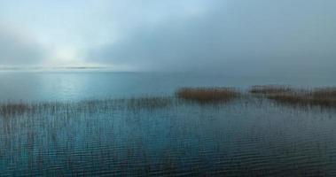 Lapso de tiempo de niebla que se retira y revela un gran lago video