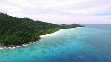 Islas Similan vuelan hacia atrás ascenso viendo peces como isla