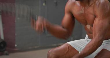 Hombre usando cuerdas de batalla en el gimnasio gimnasio video