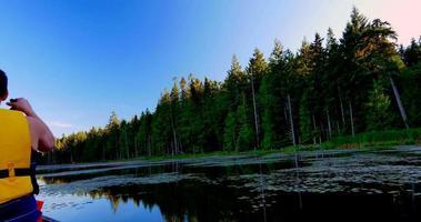 Pagaie du lac calme le jour d'été, panoramique de la caméra video