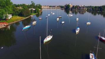 schöne Segelboote im Hafen in Menasha Wisconsin, Luftaufnahme video