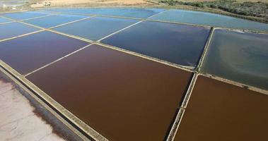 Vista aérea sobre una mina de sal con texturas y colores. video