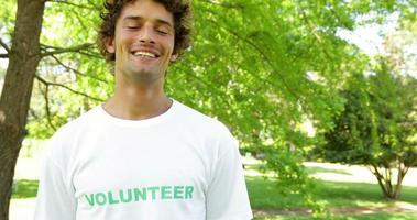 bel volontario sorridendo alla telecamera