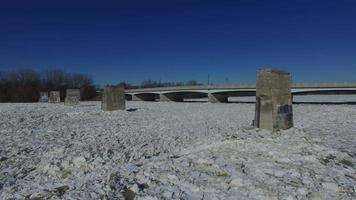 Inquadratura dal basso del ghiaccio sul fiume Maumee mentre la telecamera si allontana dal ponte video