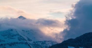 lasso di tempo del tramonto epico nelle Alpi austriache con la formazione di nuvole
