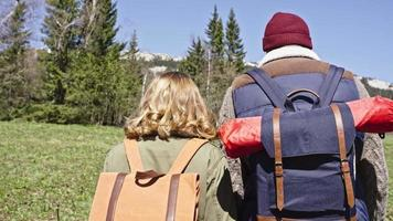 coppie amorose che camminano attraverso i boschi