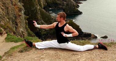 homme en forme pratiquant les arts martiaux