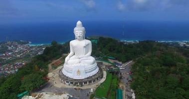 vista aerea abbellire il grande buddha nell'isola di phuket