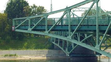 velha ponte elevatória de aço fechando