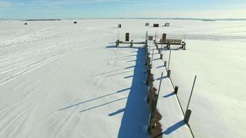 baraccopoli di pesca sul ghiaccio del wisconsin sul lago winnebago video