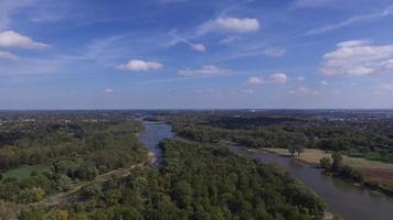 vista aérea elevada sobre o rio maumee e árvores