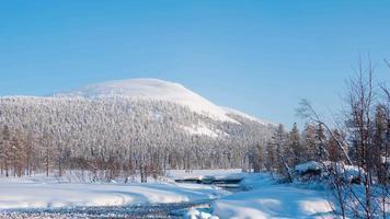 lago invernale in finlandia. lasso di tempo uhd