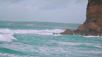 große Meereswellen brechen am Ufer video
