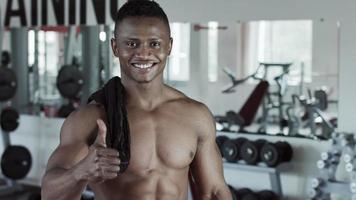 uomo fitness sorriso alla telecamera pollice in alto segno