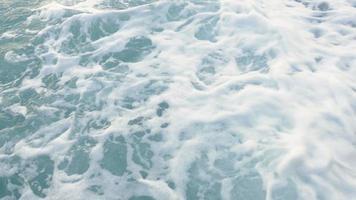 ondas do mar em seixos de praia video