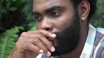 macho adulto africano estresado