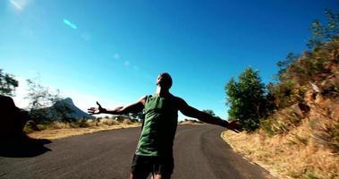felice atleta uomo che corre con le braccia aperte