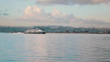 traghetto-catamarano naviga sullo sfondo della città
