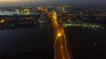 Vista aérea del puente Bhumibol al amanecer cruzando el río Chaopraya en Bangkok, Tailandia
