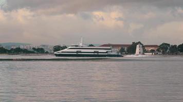 Fähre-Katamaran segelt auf einem Hintergrund der Stadt video