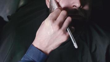 barba de afeitar recta afeitada por un peluquero masculino