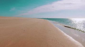 ondas do mar chegando na praia de areia