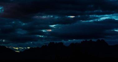 Lever du soleil du matin sur laps de temps de la chaîne de montagnes