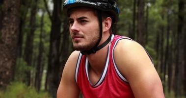 Nahaufnahme eines männlichen Radfahrers video