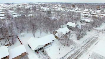 piccola città usa sotto la neve fresca di bufera di neve