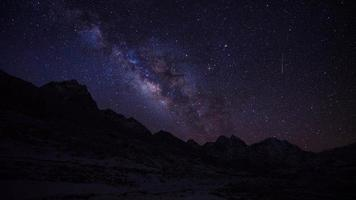 galassia della via lattea astronomia sulla catena montuosa himalayana in nepal.nuptse mountain, everest mountain e ama dablam mountain. video