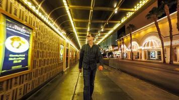 homem caminhando para frente através de um mundo para trás