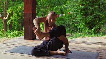 l'uomo nel parco dimostra esercizi con lo yoga