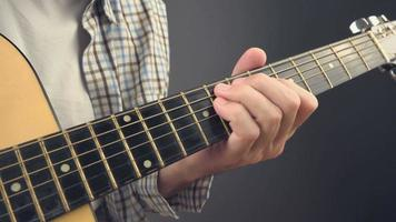Homme jouant du riff rock à la guitare acoustique video
