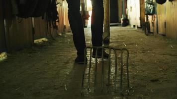 imágenes de primer plano de un hombre arrastrando una horca por el suelo. video