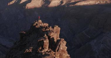 4k panorâmicas de um turista masculino parado no pináculo da rocha, apreciando a vista do desfiladeiro Fish River video