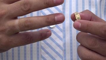Primer plano del anillo de bodas del hombre