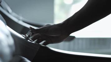 Ejecutando la mano del hombre aumentando la velocidad de la cinta video