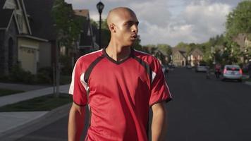 uomo di colore che fa jogging all'esterno