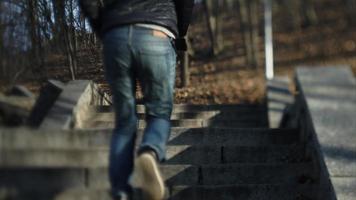 un uomo che corre su per le scale in strada