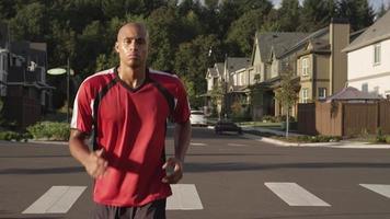 schwarzer Mann, der draußen joggt