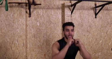 Deux jeune homme dans la salle de sport sport exercice guy squating gym training, formateur tenir le groupe sportif de la minuterie travaillant