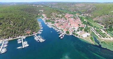Vista aerea del porto turistico di Skradin, Croazia video